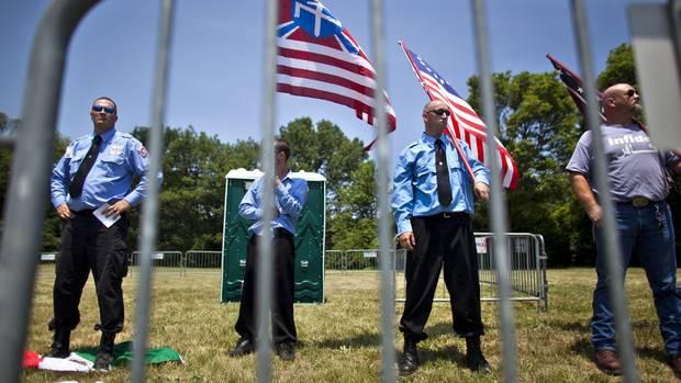 """Rechtsextremisten von der """"Arischen Nation"""" posieren in Gettysburg (Symbolfoto)"""