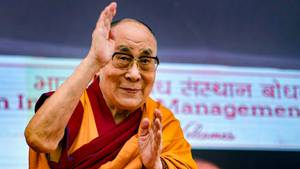 Der Dalai Lama begrüßt Studenten des IIM (Indian Institute of Management) während seines Besuchs