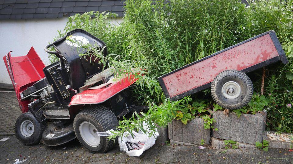 Ein Rasenmäher-Traktor steht nach einem Unfall an einer Heck