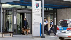 Erfurt: Polizisten mit Spürhund gehen nach einer Bombendrohung ins Justizzentrum Erfurt