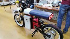 Die Bank bietet wenig Halt, das Bike hat aber einen großen Federweg.