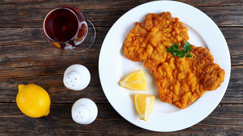 """Rezept für Schnitzel """"Münchner Art"""" mit Erdäpfel-Specksalat und Gurke      Zutaten für 2 Personen:15g süßer Senf25g Meerrettich500g festkochende Kartoffeln1 Rinderbrühwürfel1 Zwiebel50g gewürfelten Speck1 Gurke4 Schweinerückensteaks (Minutensteaks)etwas Kümmel10g frische Petersilie10g frischer Dill  Zubereitung:      1. Kartoffeln waschen, in einen Kochtopf mit ausreichend gesalzenem Wasser und Kümmel geben. Zum Kochen bringen, zugedeckt ca. 15-20 Minuten leicht köchelnd bissfest garen. Tipp: Wenn man leicht durchstechen kann, sind sie durch. Wasser abgießen und etwas auskühlen lassen.  2. Inzwischen Gurke waschen, halbieren, Kerngehäuse mit einem Teelöffel ausschaben und den Rest in möglichst dünne Scheiben schneiden. Dill waschen, ohne harte Stiele fein hacken. Gurke in einer Schüssel mit Dill, Salz, Pfeffer und einer Prise Zucker vermengen.  3. Meerrettich schälen, fein raspeln. Hälfte mit Senf vermengen. Je nach Geschmack mehr Meerrettich zugeben. Fleisch sollte ca. fingerdick sein. Wenn nicht, mit einer Pfanne zwischen Frischhaltefolie dünner klopfen. ¼ Brühwürfel in 150 ml heißem Wasser auflösen.  4. Wasser der Kartoffeln abgießen und diese kurz abkühlen lassen. Zwiebel schälen, eine Hälfte fein würfeln. Petersilie waschen, fein hacken. Ausgekühlte Kartoffeln mit einem Messer pellen und in ca. 1 cm dicke Scheiben schneiden. Kartoffeln mit Zwiebeln in eine Schüssel geben.  5. Speck ohne Fett in der großen Pfanne knusprig anbraten und zu den Kartoffeln geben. Kartoffeln mit Hälfte der Brühe, 3 EL Essig, 2 EL Öl, Salz und Pfeffer abschmecken. Dann unterheben und je nach Geschmack mehr Brühe untermengen.  6. Zum Schluss Pfanne auswischen, mit 2 EL Öl erneut erhitzen und Fleisch ca. 2-3 Minuten goldbraun anbraten. Aus der Pfanne nehmen, mit Salz und Pfeffer würzen und Schnitzelsauce darauf verteilen. Mit Kartoffel- und Gurkensalat anrichten."""