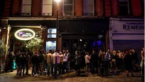 Trotz Corona versammelten sich am Wochenende viele Briten, um ihr Bier zu trinken - wie hier in London