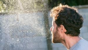 Coronavirus: Ein Mann niest