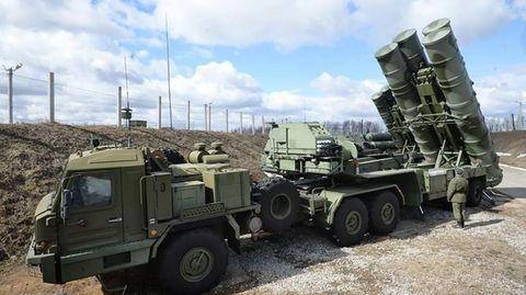 Zu einem S-500 Komplex gehören nicht nur die mobilen Abschussrampen, sondern auch Radaranlagen und eine Kommandoeinheit.