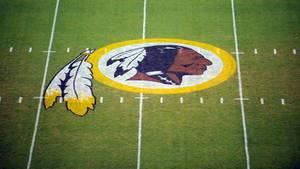 Das Logo der Washington Redskins auf den Rasen gemalt