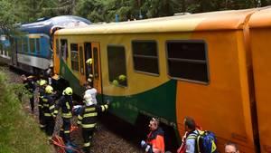 Rettungskräfte stehen nach dem Fron talzusammenstoß zweier Züge im Erzgebirge am Bahnhof Pernink in Tschechien