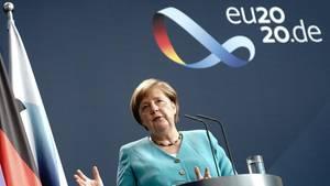 Bundeskanzlerin Angela Merkel an einem Rednerpult