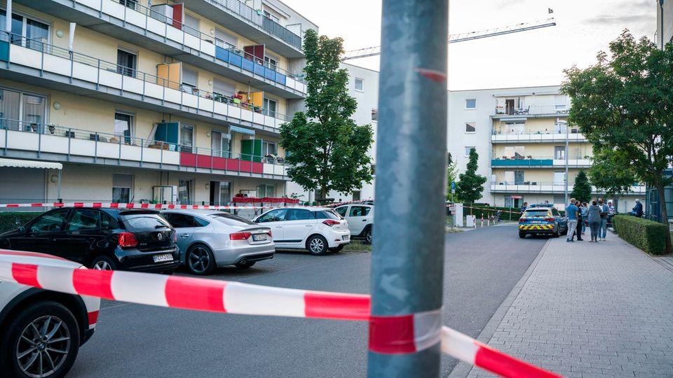 Weiträumig abgesperrt ist der Tatort (links hinten) im Stadtteil Gonsenheim, wo ein Mann von der Polizei erschossen wurde