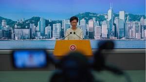 Carrie Lam, Regierungschefin der chinesischen Sonderverwaltungszone Hongkong, nimmt Fragen von Journalisten bei einer Pressekonferenz entgegen. Die internationale Videoplattform TikTok kündigt am 7. Juli an den Betrieb in Hongkong einzustellen und schließt sich damit anderen Social-Media-Unternehmen an, aus Angst vor dem neuen Sicherheitsgesetz.