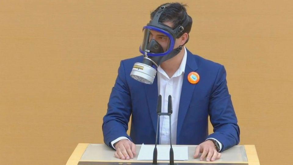 Bayern: AfD-Abgeordneter provoziert mit Gasmaske im Landtag
