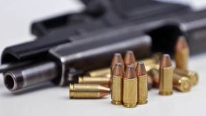 Eine Handfeuerwaffe mitMagazin und Munition (Archivfoto)