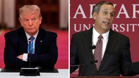 US-Präsident Donald Trump (l.) will, dass Studierende trotz Corona Präsenz-Unterricht bekommen - Harvard-PräsidentLawrence Bacow (r.) klagt dagegen