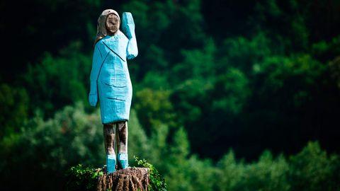 Die Holzstatue von Melania Trump, die nun abgebrannt wurde