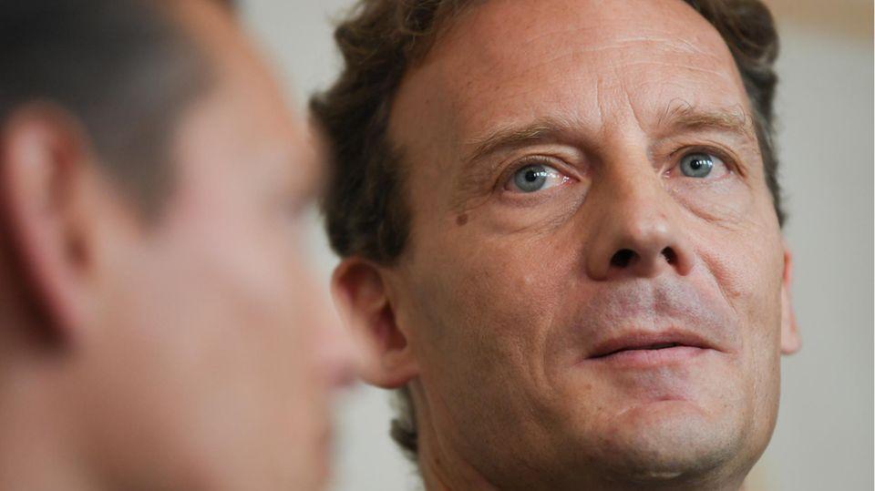 Alexander Falk wartet zusammen mit seinem Verteidiger Daniel Wölky im Gerichtssaal des Frankfurter Landgerichts