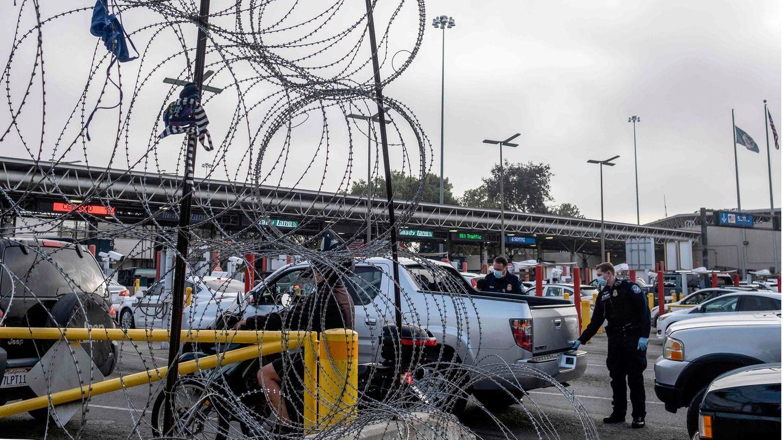 US-Grenzbeamte kontrollieren Fahrzeuge an der Grenze zu Mexiko
