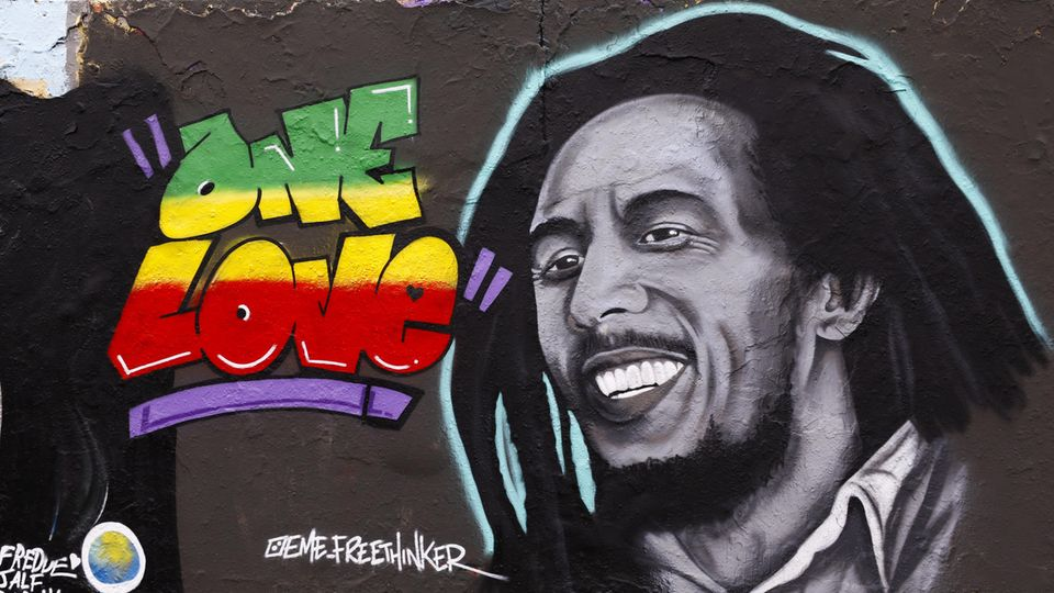 """Ein Graffiti in Berlin: Bob Marleys Gesicht und der Schriftzug """"One Love"""""""