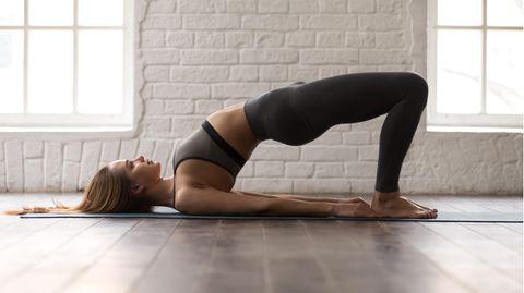 Eine Frau macht Rückenübungen
