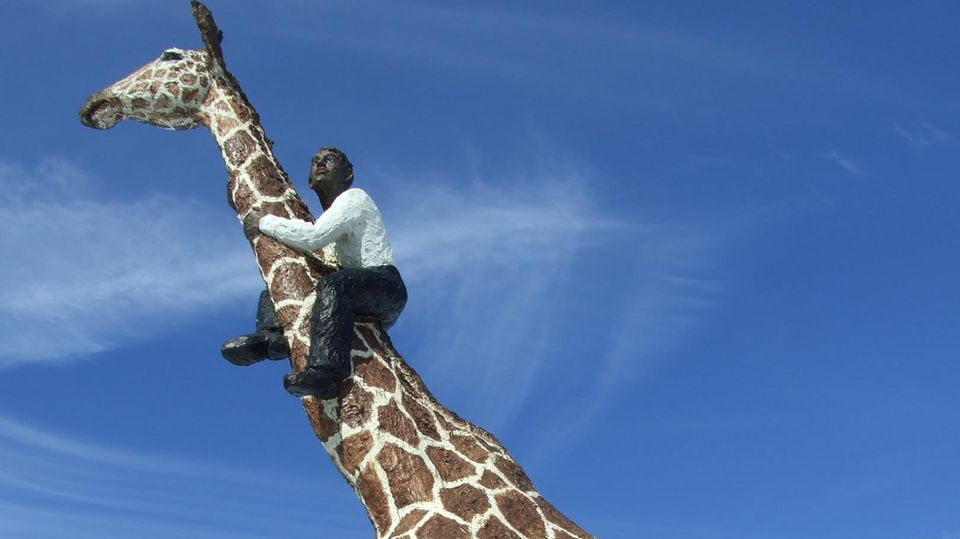 Nachrichten aus Deutschland – Kritik an Giraffen-Skulptur vor Hagenbecks Tierpark