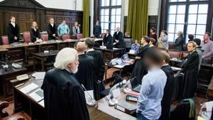 Im Zusammenhang mit Ausschreitungen während des G20-Gipfels stehen die Angeklagten im Landgericht im Saal
