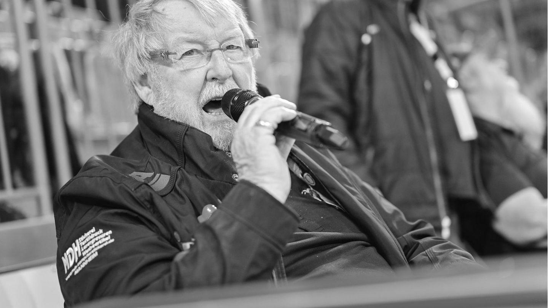 Udo Scholz bei einem Spiel der Adler Mannheim am Mikrofon