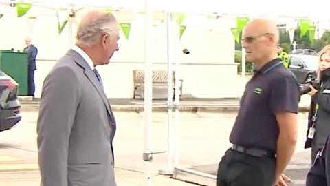 Bei einem Termin in Bristol wird ein Mann vor den Augen von Prinz Charles ohnmächtig.