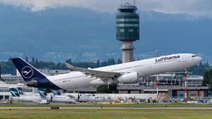 EinLufthansa-Airbus startet vom Flughafen im kanadischen Vancouver