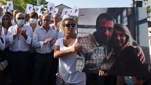 Die Frau des erschlagenen Busfahrers hält ein gemeinsames Bild von sich und ihrem Mann auf einem Trauermarsch in Bayonne