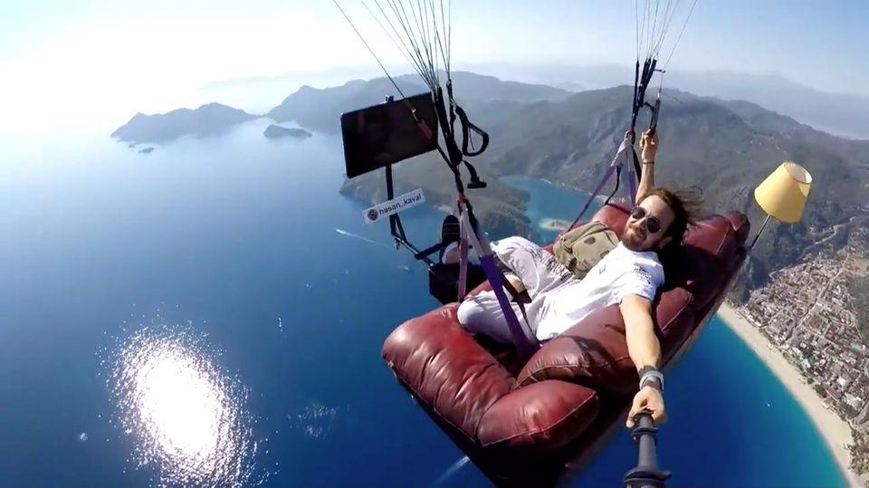 Profi-Paraglider Hasan Kaval schwebt über der Türkei auf seiner Couch.