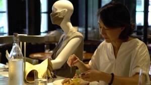 Montreal: Ein Restaurant stellt Schaufensterpuppen hin, um den Mindestabstand der Kunden einzuhalten.