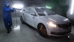 Ein Auto des russischen Carsharing-Anbieters Yandex wird desinfiziert.