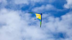 Ein Lenkdrachen fliegt im Himmel