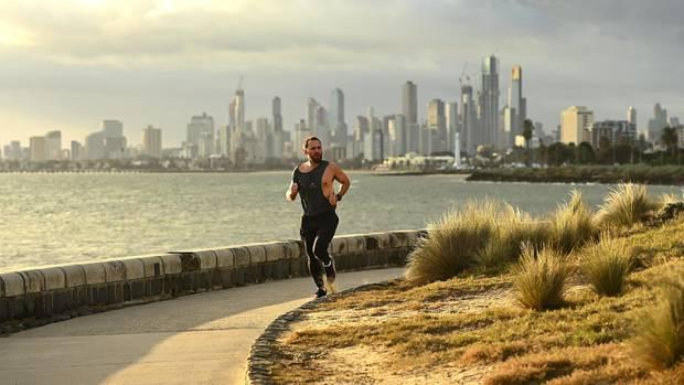 Melbourne, Australien. Ein Mann joggt am Elwood Beach. In der australischen Metropole dürfen die Menschen das Haus nur verlassen, um Sport zu treiben oder zur Arbeit zu gehen,Lebensmittel zu kaufen oder Zugang zu Kinderbetreuung und Gesundheitsversorgung zu erhalten.Wegen eines starken Anstiegs von Coronavirus-Infektionen gilt für die Einwohnerseit Donnerstag erneut eine Ausgangssperre.