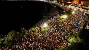 Foto von oben auf die überfüllte Promenade in Nizza