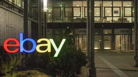Ebay-Logo an einem Gebäude