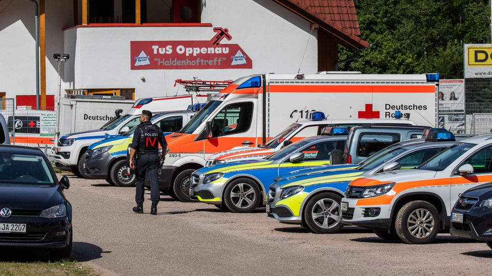 Einsatzfahrzeuge am Sportplatz des TuS Oppenau