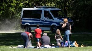 Niedersachsen, Hannover: Die Polizei kontrolliert in einem Park die Einhaltung der Corona-Schutzmaßnahmen