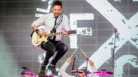 Frank Turner springt bei einem Konzert in die Luft