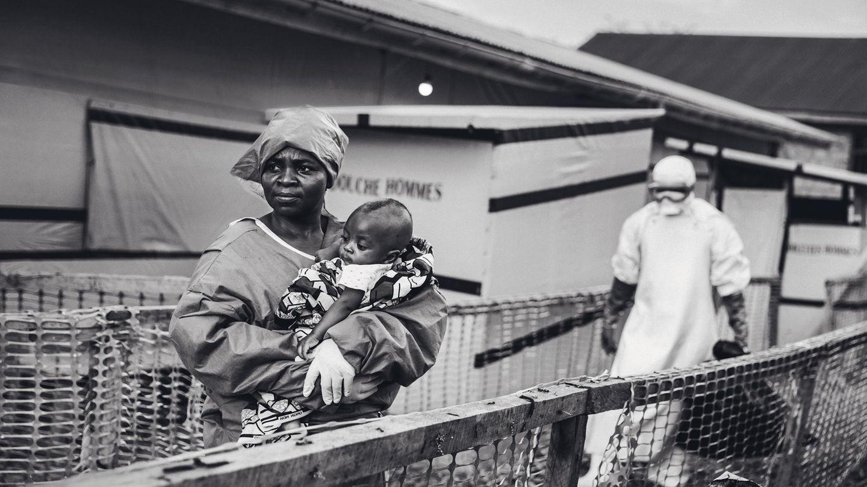 Eine Frau hält ein Kind in den Armen