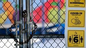 Das Tor einer Grundschule im San Fernando Valley in Los Angeles ist geschlossen