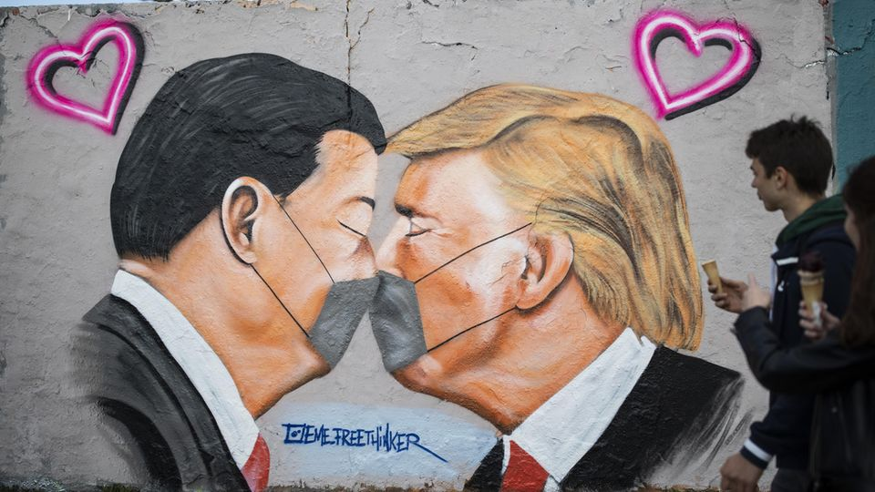 Graffiti mit US-Präsident Donald Trump und Chinas Präsident Xi Jinping in Berlin