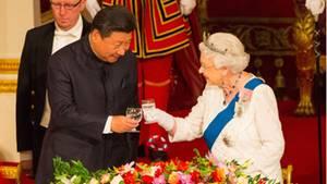 Die Queen stößt mit dem chinesischen PräsidentenXi Jinping an