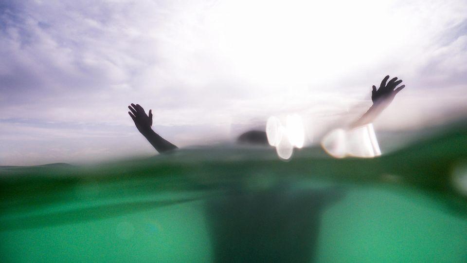 Die Diagnose: Die Frau wird leblos aus dem Pool gezogen. Ein Spezialist entdeckt den Grund für die Ohnmacht