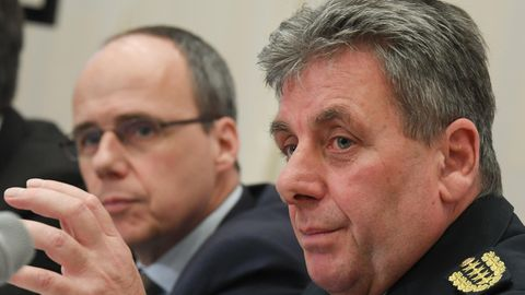 Hessens Polizeipräsident Udo Münch (r) nebenInnenminister Peter Beuth (CDU)