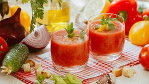 Sommerliche Tomatensuppe nach andalusischer Art