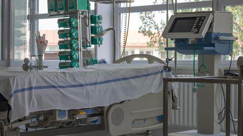 Krankenzimmer mit Beatmungsgerät