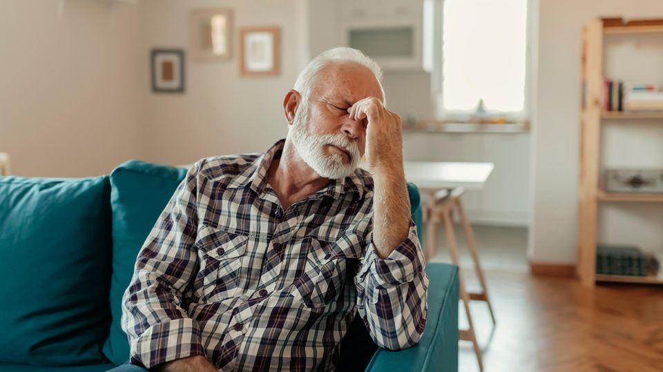 Ein Mann hat starke Kopfschmerzen