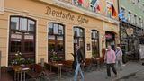 In der Reichenbachstraße findet man alles – außer Gewöhnliches. Kleine Szene-Boutiquen, vegane Designs und Traditionslokale – wie die Deutsche Eiche (im Bild) – reihen sich in der Reichenbachstraße aneinander. Wer Einzelstücke sucht, wird in der Szenestraße sicher fündig. Das Rocket in der Reichenbachstraße 41 verkauft stylische Mode für Männer und Frauen, im Phasenreich in der Reichenbachstraße 23 gibt es vegane Mode und im Akjumii in der Reichbachstraße 36 findet man miniamlistische Schnitte und Designs.