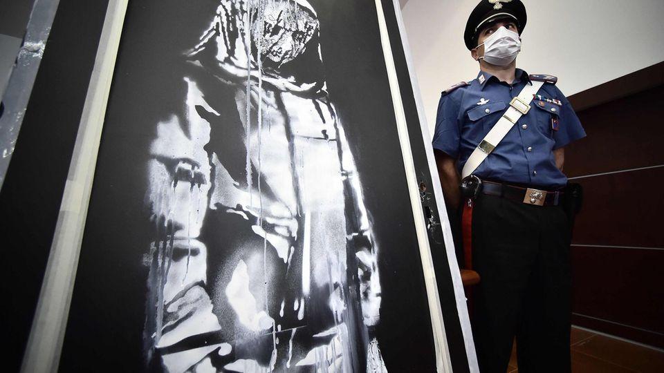 Die Banksy-Tür mit einem italienischen Polizisten