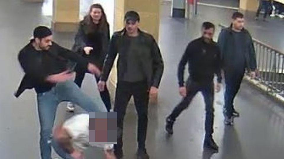 Eine Überwachungskamera am U-Bahnhof Hermannplatz in Berlin-Neukölln filmte den Angriff